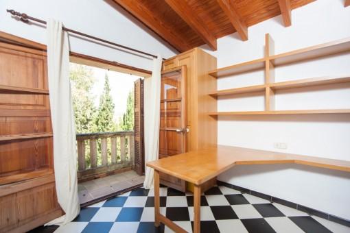Dormitorio con pequeño balcón