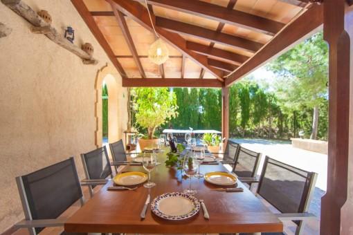 Terraza cubierta con mesa