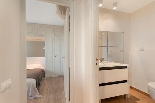 Dormitorio y baño