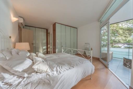 Vista alternativa del dormitorio principal con balcón