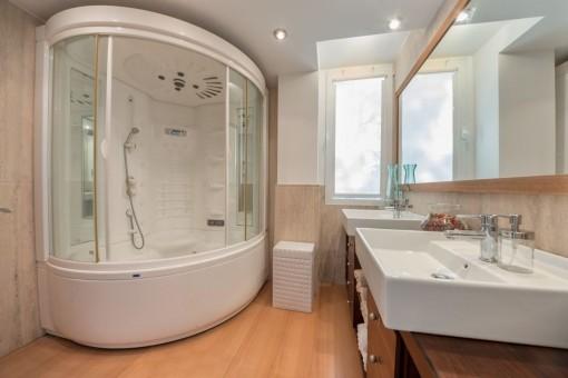 Baño en suite con bañera con hidromasaje
