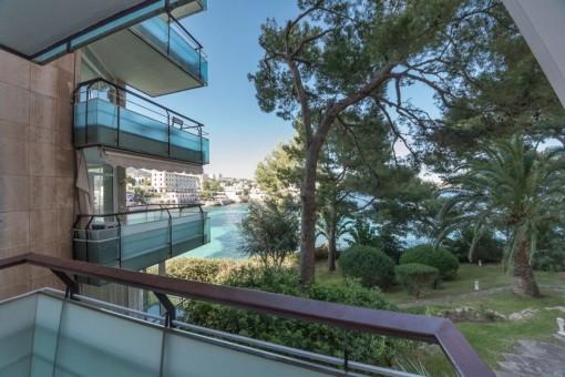 Vistas desde el balcón al mar y el jardín