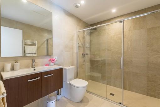 Moderno baño principal con gran ducha