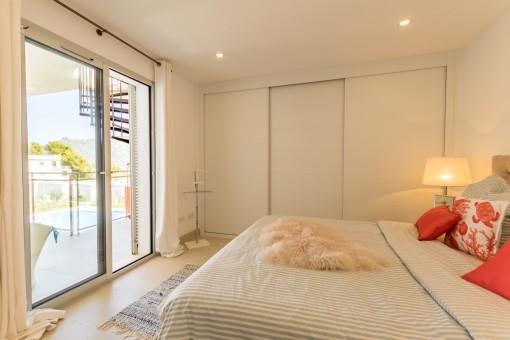Luminoso dormitorio principal con acceso al balcón
