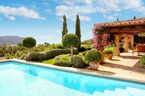 Vistas desde la piscina al jardín