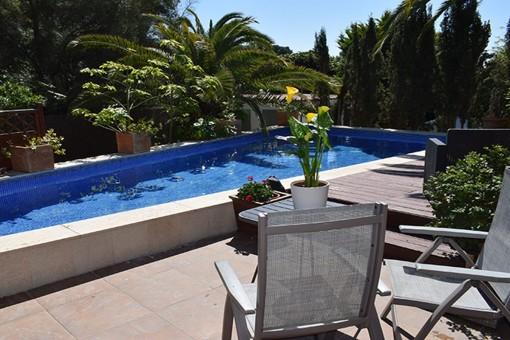 Amplia área de piscina con terraza