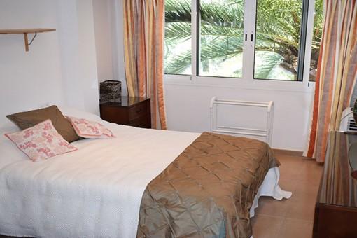 Uno de los 4 dormitorios con cama matrimonial