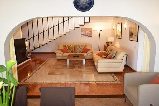 Agradable área de estar con escalera