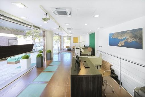 La escalera lleva a la cocina y la  sala de conferencias
