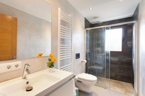 Baño moderno con ducha