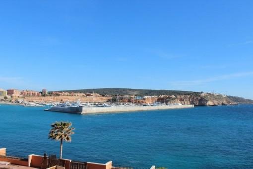 Vistas sobre Port Adriano y la costa