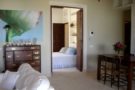 Dormitorio bonito al lado del salón
