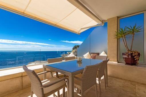 Vistas al mar mediterráneo desde el balcón