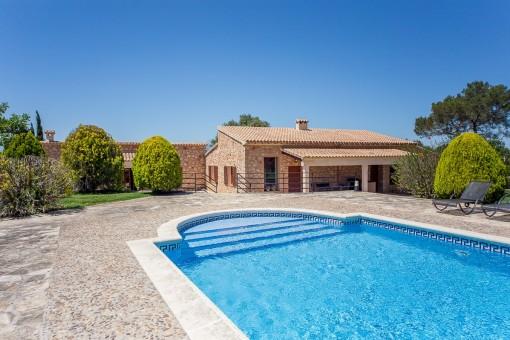 Gran piscina soleada