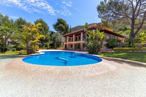 Vistas desde la terraza a la piscina y la finca