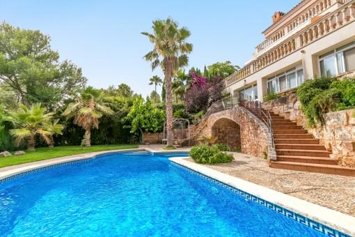 Maravillosa piscina en el jardín