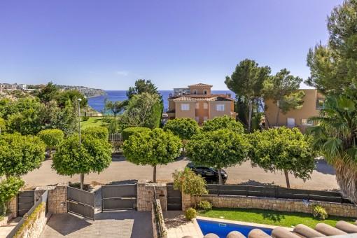 Balcón con vistas al mar mediterráneo