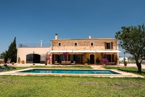 Finca de piedra natural con piscina maravillosa localizada en una área tranquila cerca de Campos