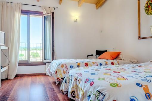 Dormitorio con dos camas y ventanas panorámicas
