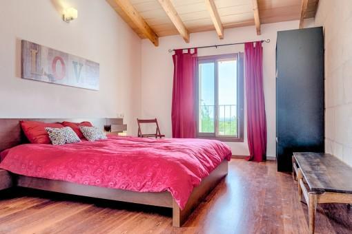 Dormitorio moderno y acogedor