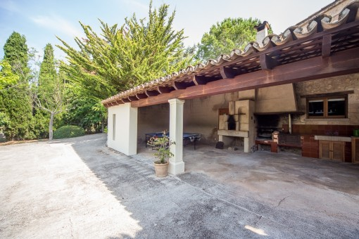 Terraza cubierta con barbacoa
