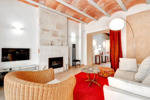 Acogedor salón con chimenea