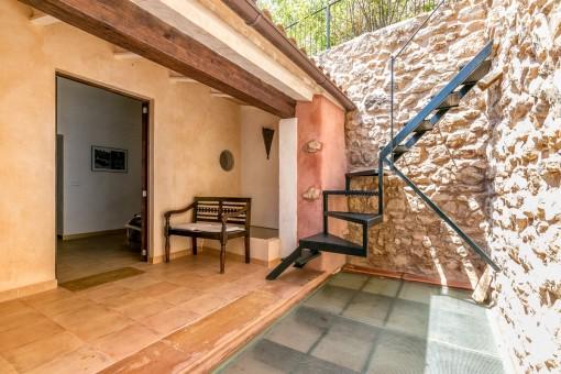 Terraza con escalera a la azotea