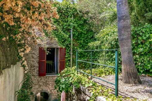Jardín idílico al lado de la torre