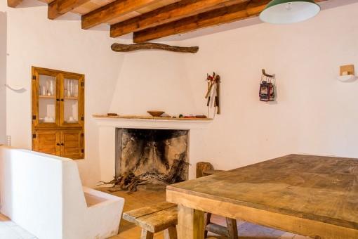 Habitación rústica con chimenea