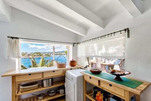 Hermosa cocina con vistas al mar
