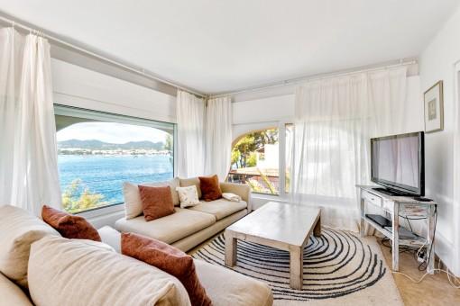 Área de estar con ventana panorámica