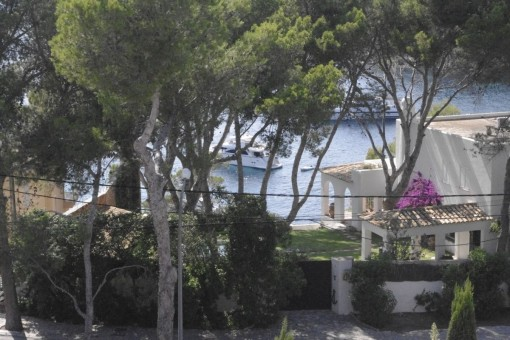 Vistas a los barcos en el mar mediterráneo