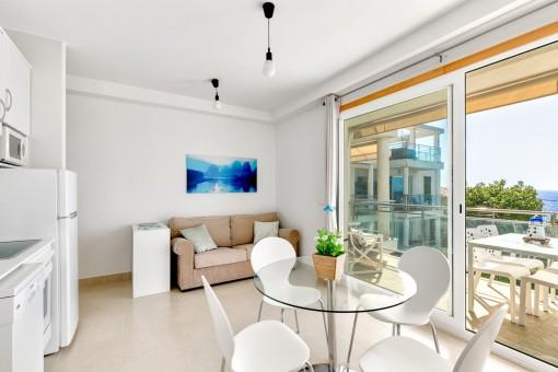 Zona de estar con cocina totalmente equipada y acceso directo a la terraza
