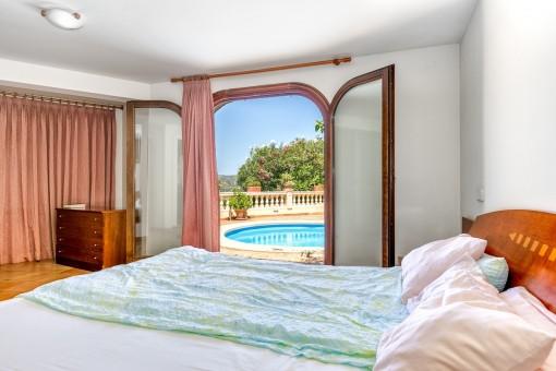 Dormitorio con acceso directo a la área de piscina