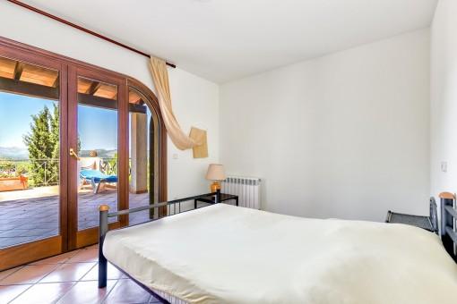 Dormitorio con vistas a la terraza