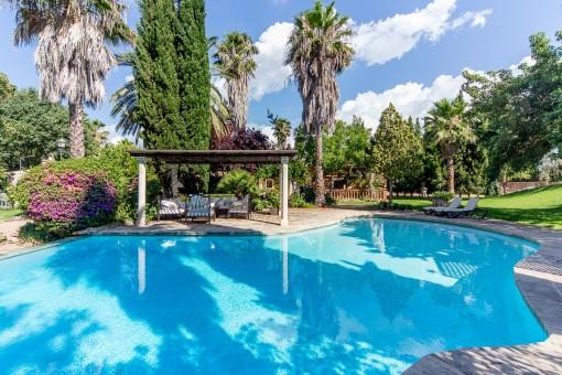 Preciosa piscina con lounge