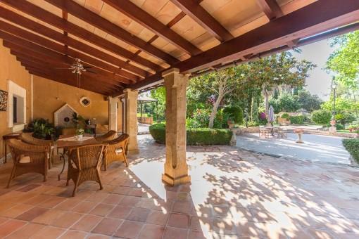 Terraza cubierta con comedor