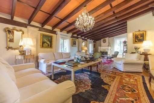 Espacioso salón con techo de vigas vistas