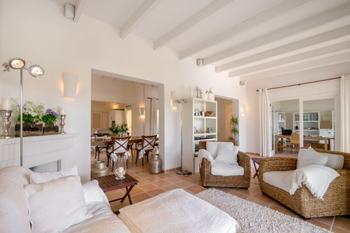 Luminosa sala de estar con vigas de madera
