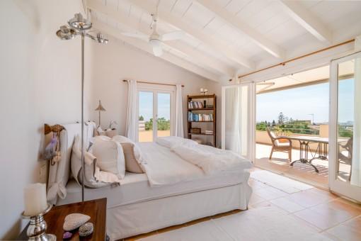Esplendido dormitorio principal con acceso directo al balcón