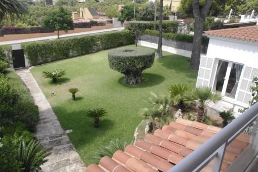 Balcón con vistas al jardín mediterráneo