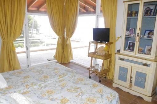 Dormitorio con ventanas panorámicas
