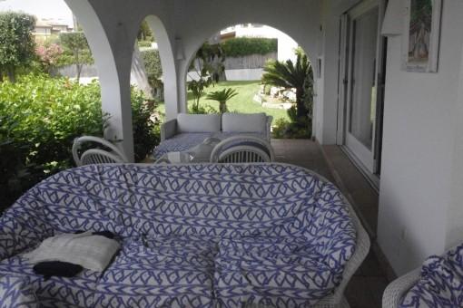 Terraza cubierta con sofa
