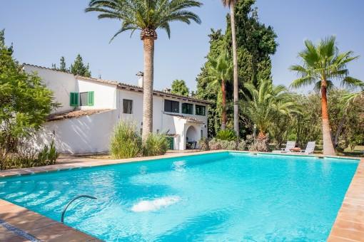 La vida bajo las palmeras: Finca en una zona hermosa con piscina grande y agua propia en Sencelles