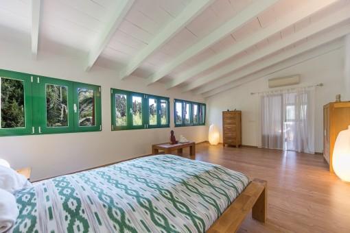 Dormitorio amplio con muchas ventanas