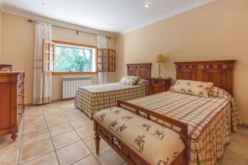 Dormitorio con calefacción