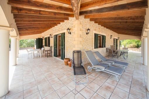 Terraza cubierta con hamacas
