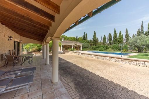 Vistas a la piscina desde la terraza cubierta