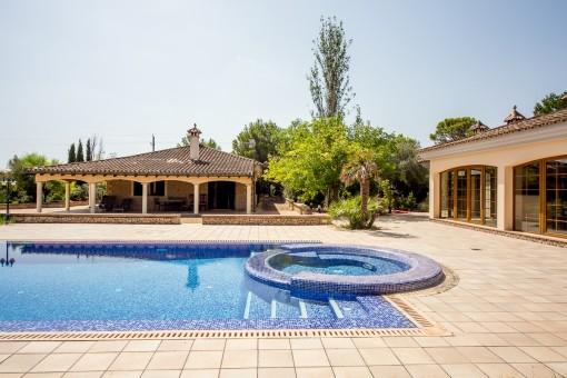 Chalet con piscina en un solar grande y en una ubicación tranquila en la urbanización de Son Ametler