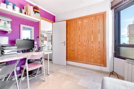 Habitación luminosa con armario empotrado